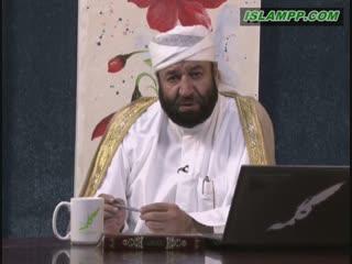 کسی که قرآن می خواند و گریه می کند.