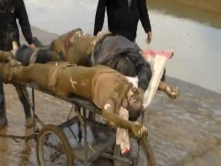 اعدام دهها نفر توسط نظام اسد و انداختن آنها در نهر و جمع اوری اجساد توسط مردم (1)