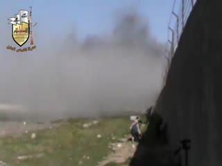 ادامه نماز با وجود بمباران های نظام اسد