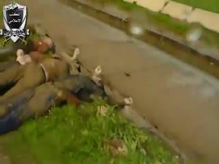 اعدام دهها نفر توسط نظام اسد و انداختن آنها در نهر و جمع اوری اجساد توسط مردم (2)